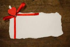 Les notes et le coeur blancs d'amour de papier de feuille forment Photos stock