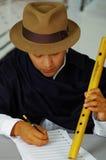 Les notes indigènes d'écriture de jeune homme en musique avec le quena tuyautent, concept de composition Photo libre de droits