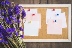 Les notes vides sur le liège embarquent avec le bouquet sec de fleur, Ba en bois Image stock