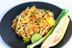 Les nouilles capitonnent thaïlandais (la nourriture thaïlandaise) Image libre de droits