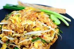 Les nouilles capitonnent thaïlandais (la nourriture thaïlandaise) Photographie stock