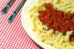 Les nouilles de Fusilli avec de la viande sauce d'une plaque Photos libres de droits