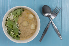 Les nouilles de riz dans les poissons corroient la cuisine thaïlandaise de sauceTraditional photos libres de droits