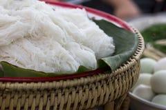 Les nouilles de riz thaïlandaises, les nouilles fermentées de farine de riz sur la banane poussent des feuilles I image libre de droits