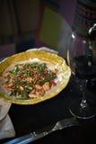Les nouilles en verre faites sauter à feu vif avec du porc et la tomate hachés, vermicellis frits avec des oeufs mélangés au légu Photos libres de droits