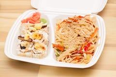 Les nouilles et le Japonais chinois roule dans la boîte Photo libre de droits
