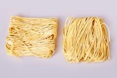 Les nouilles roulées minces sèches ajustent la forme Capelli D'Angelo, les cheveux de l'ange - pâtes photo libre de droits