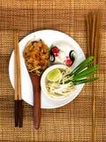 Les nouilles thaïlandaises de style capitonnent thaïlandais, les plats nationaux de la Thaïlande Image libre de droits