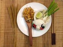 Les nouilles thaïlandaises de style capitonnent thaïlandais, les plats nationaux de la Thaïlande Photographie stock libre de droits