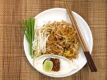 Les nouilles thaïlandaises de style capitonnent thaïlandais, les plats nationaux de la Thaïlande Images libres de droits