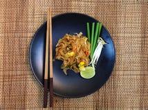 Les nouilles thaïlandaises de style capitonnent thaïlandais, les plats nationaux de la Thaïlande Image stock