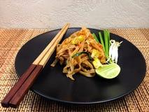 Les nouilles thaïlandaises de style capitonnent thaïlandais, les plats nationaux de la Thaïlande Images stock