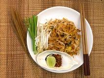 Les nouilles thaïlandaises de style capitonnent thaïlandais, les plats nationaux de la Thaïlande Photo libre de droits