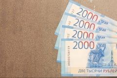 Les nouveaux billets de banque russes ont dénommé en 2000 des roubles sur un fond gris Photo stock