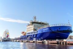 Les nouveaux brise-glace diesels-électriques russes MOURMANSK sur le quai au remblai anglais à St Petersburg Image stock