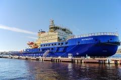 Les nouveaux brise-glace diesels-électriques russes MOURMANSK sur le quai au remblai anglais à St Petersburg Photo stock