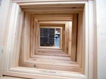 Les nouveaux châssis de fenêtre en bois ont arrangé dans une rangée Image libre de droits