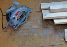 Les nouveaux conseils frais et la circulaire électrique ont vu sur le plancher ou la table extérieur en bois âgé Photos libres de droits