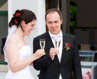 Les nouveaux mariés célèbrent wedding là Images libres de droits