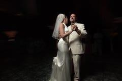 Les nouveaux mariés dansent d'abord image stock