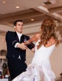 Les nouveaux mariés dansent d'abord Photographie stock libre de droits