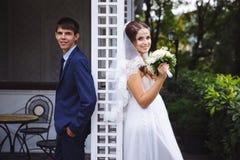 Les nouveaux mariés de sourire aujourd'hui ont joué un mariage et ont l'amusement dans le belvédère, la causerie, rire et poser d Image libre de droits
