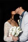 Les nouveaux mariés embrassant avec l'ombre sur leurs visages photographie stock