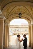 Les nouveaux mariés se tiennent dans la voûte de l'église Photographie stock