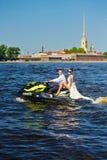 Les nouveaux mariés vont sur les skis de jet, les jeunes mariés sur le fond Photos stock