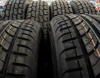 Les nouveaux pneus sur l'étagère aux pièces de voiture stockent la photo courante Images libres de droits