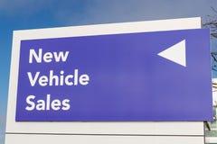 Les nouveaux véhicules signent à un concessionnaire automobile II illustration stock