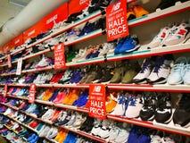 Les nouvelles chaussures d'équilibre sur l'étagère à vendre, l'achat 1 obtiennent 1 demi prix Photos libres de droits