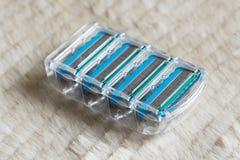 Les nouvelles lames de rasoir interchangeables bleues se ferment sur le fond mou photos stock