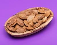 """Les noyaux d'abricot sec la graine d'un abricot, ont souvent appelé une """"pierre """"dans la cuvette en bois sur le pourpre Amygdalin photographie stock"""