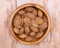 Les noyaux d'abricot sec la graine d'un abricot, ont souvent appel? une ?pierre ?dans la cuvette en bois sur le bois Amygdaline V photos stock