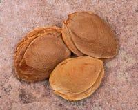 Les noyaux d'abricot sec la graine d'un abricot, ont souvent appel? une ?pierre ?sur la pierre naturelle Amygdaline Vitamine B17 photo libre de droits