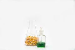 Les noyaux de maïs dans un flacon erlenmeyer avec un compte-gouttes mettent prêt en bouteille photo stock