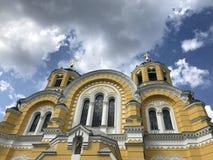 Les nuages accrochent au-dessus de la cathédrale célèbre du saint Vladimir dans Kyiv, Ukraine - UKRAINE Photographie stock