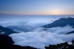 Les nuages aiment la cascade à écriture ligne par ligne Photos stock