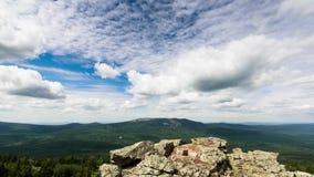 Les nuages au-dessus des crêtes Panorama TimeLapse, les Monts Oural du sud, Russie UltraHD (4K) banque de vidéos