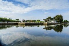 Les nuages blancs de ciel bleu sur le lac Images stock