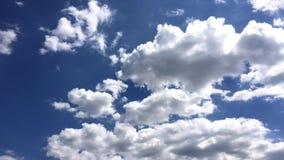 Les nuages blancs disparaissent dans le soleil chaud sur le ciel bleu le mouvement de Temps-faute opacifie le fond de ciel bleu C banque de vidéos
