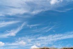 Les nuages blancs flottent dans le ciel au-dessus de la côte images libres de droits