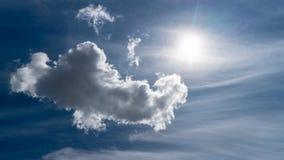 Les nuages blancs flottent dans le ciel au-dessus de la côte image libre de droits