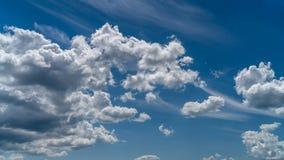 Les nuages blancs flottent dans le ciel au-dessus de la côte photo stock