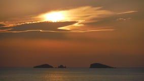 Les nuages cachent le coucher du soleil Image stock