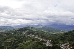 Les nuages d'arbres de montagnes refroidissent le temps Image libre de droits
