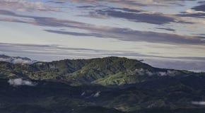 Les nuages d'arbres de montagnes refroidissent le temps Photographie stock