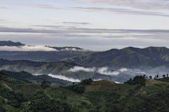 Les nuages d'arbres de montagnes refroidissent le temps Image stock