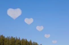 Les nuages dans la forme du coeur viennent loin. Collage Images stock